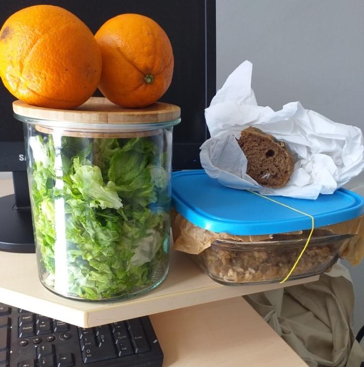 Ručak na poslu; meso u umaku, riža, salata i kruh. Voće može biti užina ili desert.