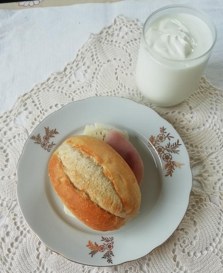Doručak na poslu; sendvič sa sirom i šunkom, jogurt.