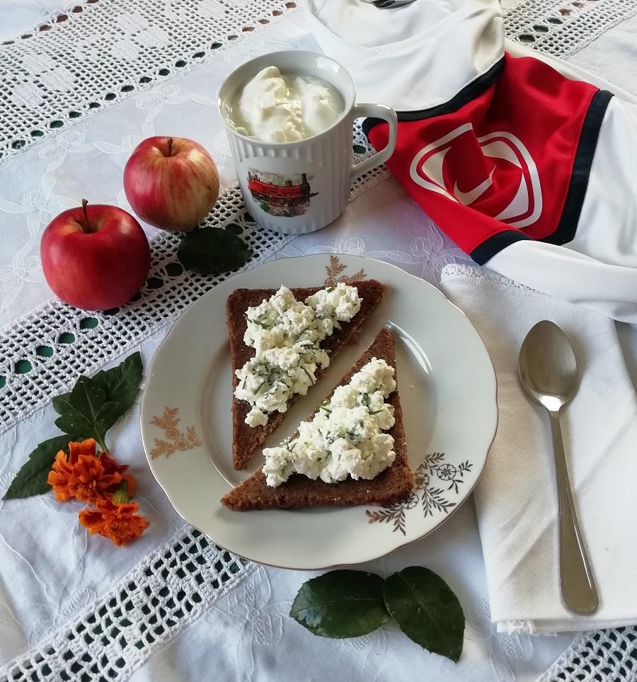 Kvalitetan obrok za oporavak nakon treninga; crni kruh. svježi sir, jogurt i jabuka.