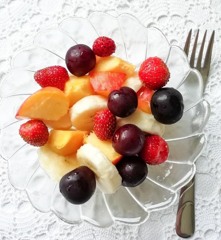 Užina: voćna salata od bresaka, banane, jagoda i višanja.