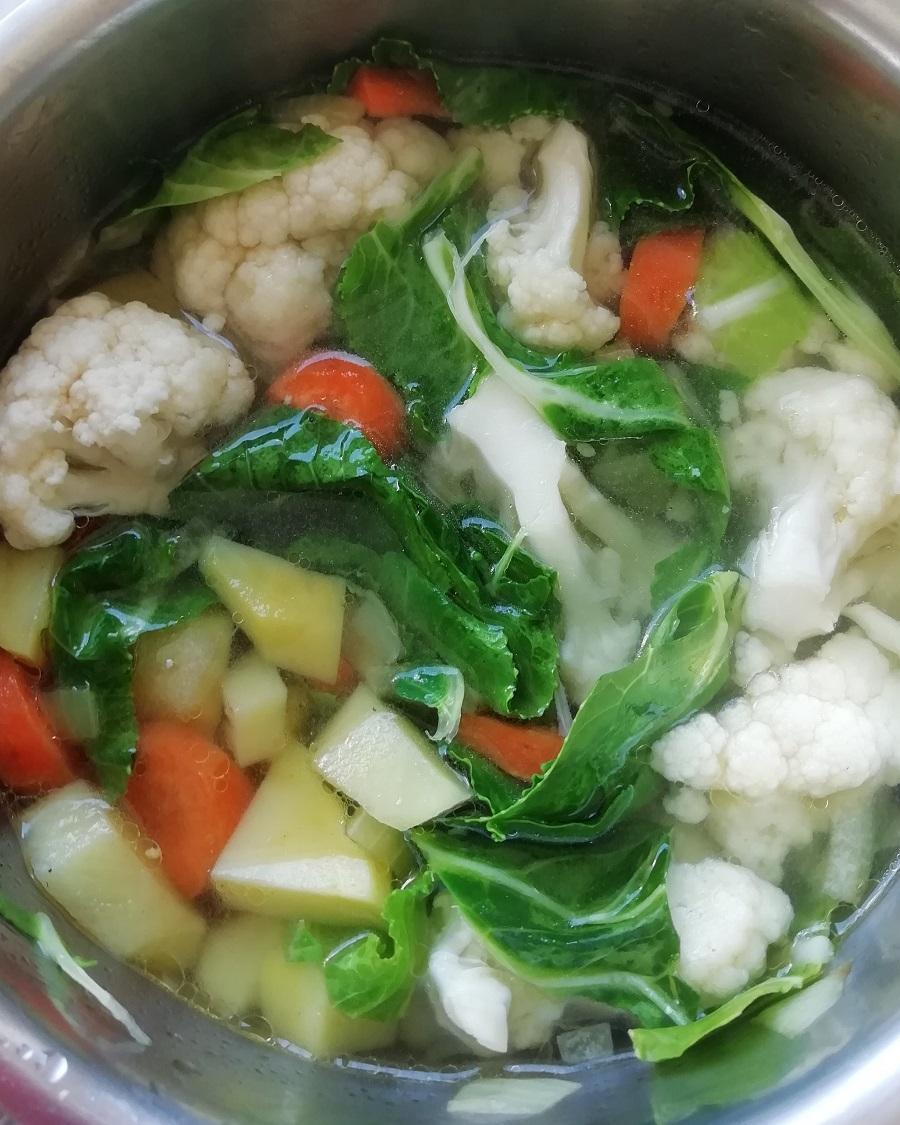 Kuhanje variva od mrkve, luka, krumpira i cvjetače.