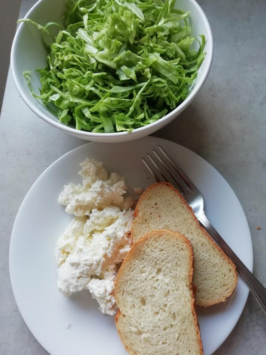 I suha večera može biti kvalitetna. Svježi sir, kruh i salata od kupusa, jedna je od mnogobrojnih ideja.