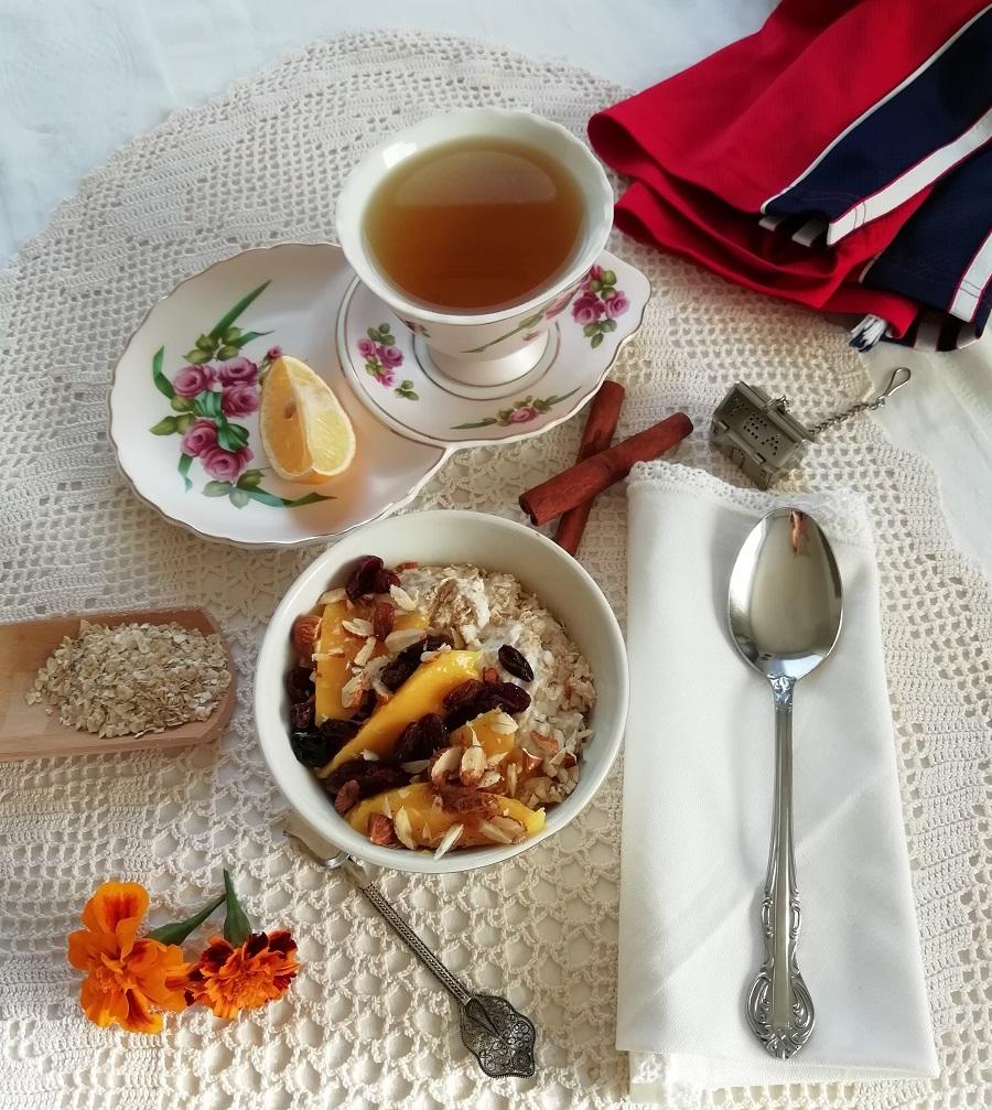 Doručak: zobene pahuljice s jogurtom i voćem, čaj.