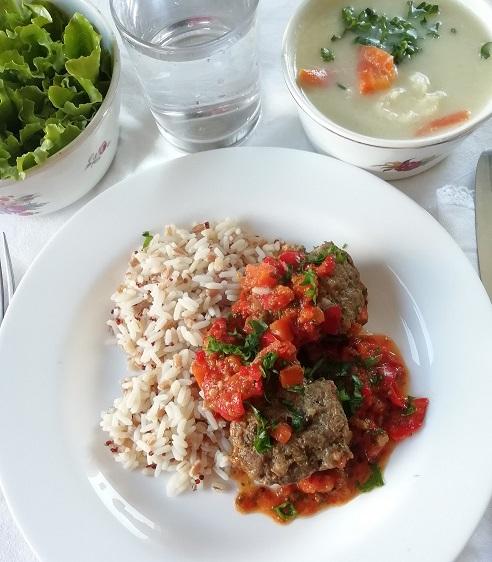 Ručak; domaća gusta povrtna juha, meso u povrtnom umaku, riža i kvinoja kao prilog, zelena salata.