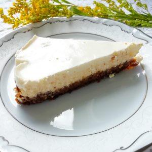 Cheese cake na tanjuri i cvijet pokraj tanjura