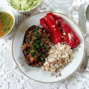 Goveđa juha, patlidžani punjeni mljevenim mesom, pečene paprike, riža i salata od kupusa.